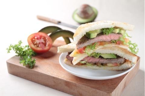 Sandwich thịt bò mix bơ