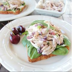 Salad gà kẹp sandwich