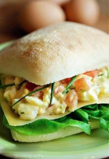 Salad trứng kẹp bánh mì