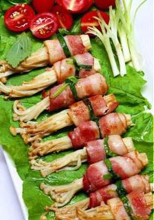 Thịt xông khói cuộn nấm Kim châm