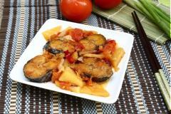 Cá nục kho cà chua và dứa