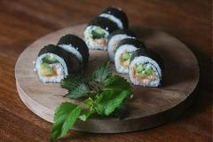 Sushi cá hồi xông khói