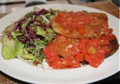 Phi lê cá nướng sốt cà chua ăn kèm rau trộn