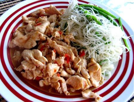 Bún gạo xào thịt gà
