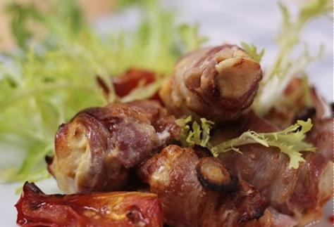 Lườn gà ướp Mustard cuộn bacon nướng