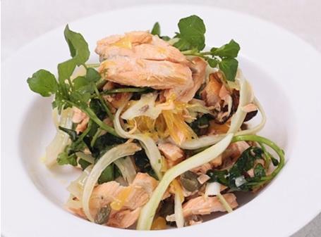 Salad cá hồi rau cải xoong củ thì là