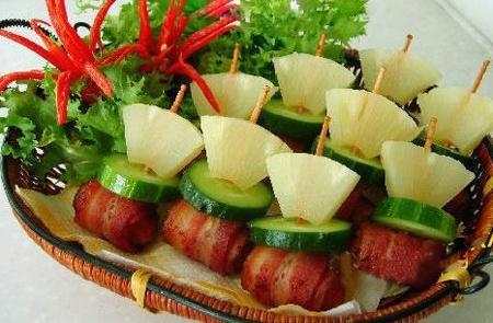 Thịt xông khói cuộn xúc xích xiên dứa dưa chuột